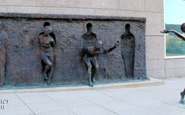 PHILADELPHIA-FREEDOM-SCULPTURE-Things-To-Do-1